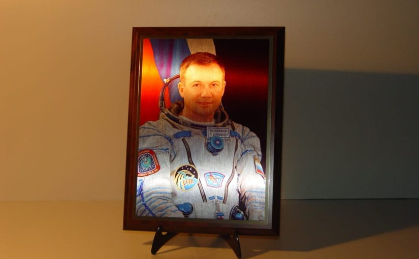 Фотография космонавта на металле