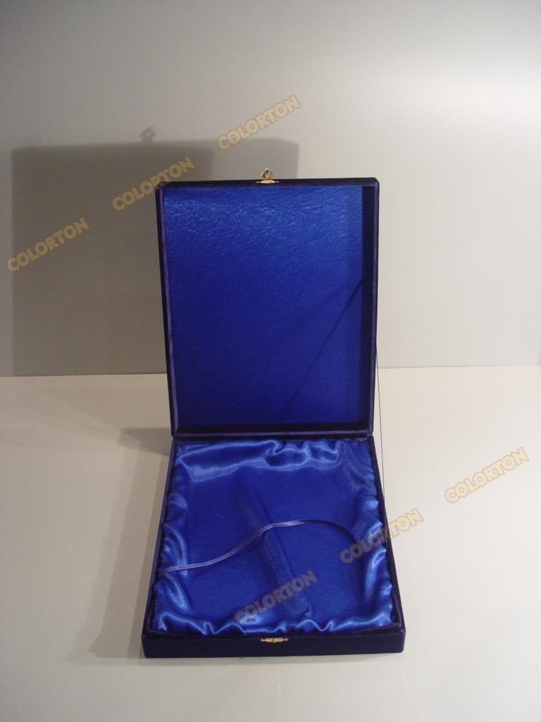 Изображение синей открытой подарочной коробки бархат-атлас