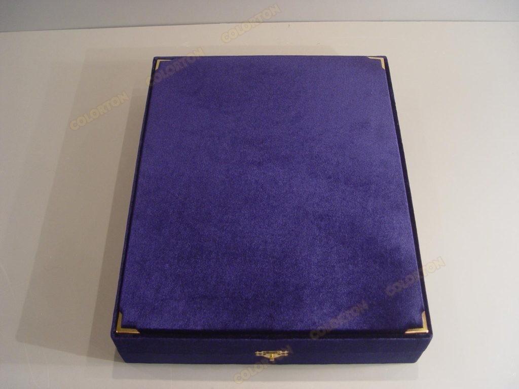 Изображение синей закрытой подарочной коробки бархат-атлас