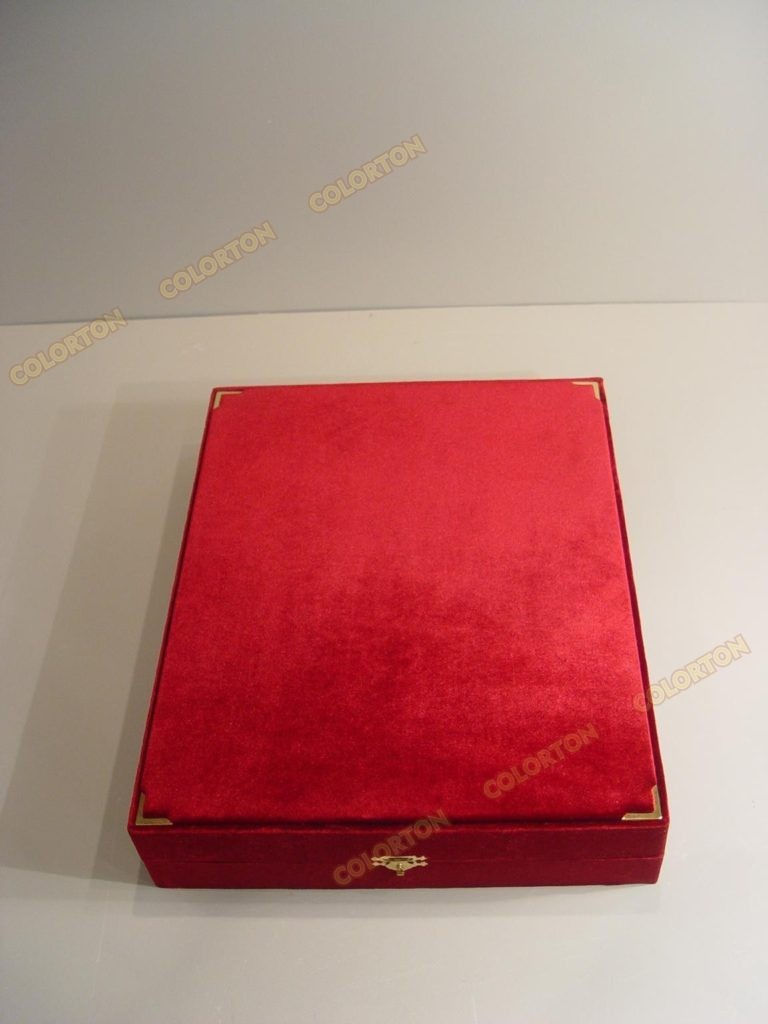Изображение красной закрытой подарочной коробки бархат-атлас