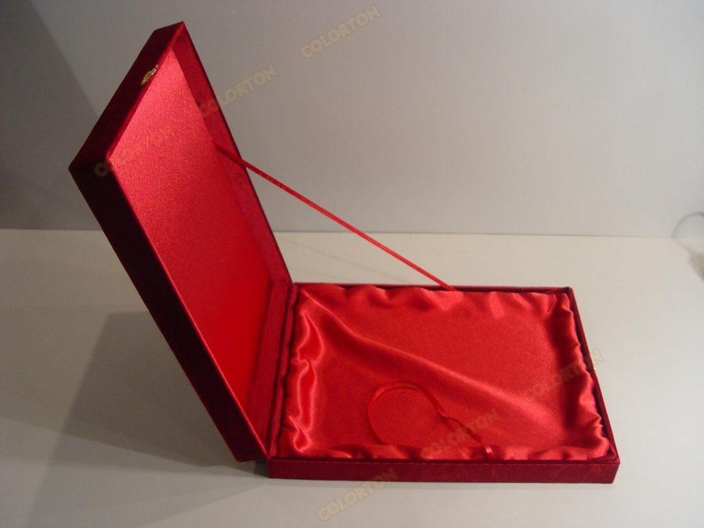 Изображение красной открытой подарочной коробки бархат-атлас
