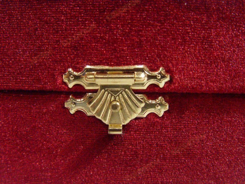 Изображение замка красной подарочной коробки бархат-атлас