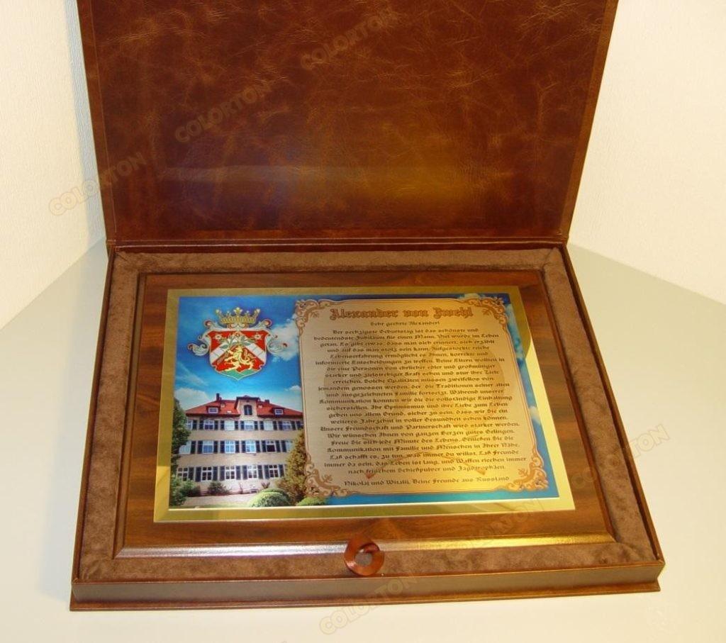 Изображение поздравительного адреса на металле на деревянной подложке в цельнокожаном футляре
