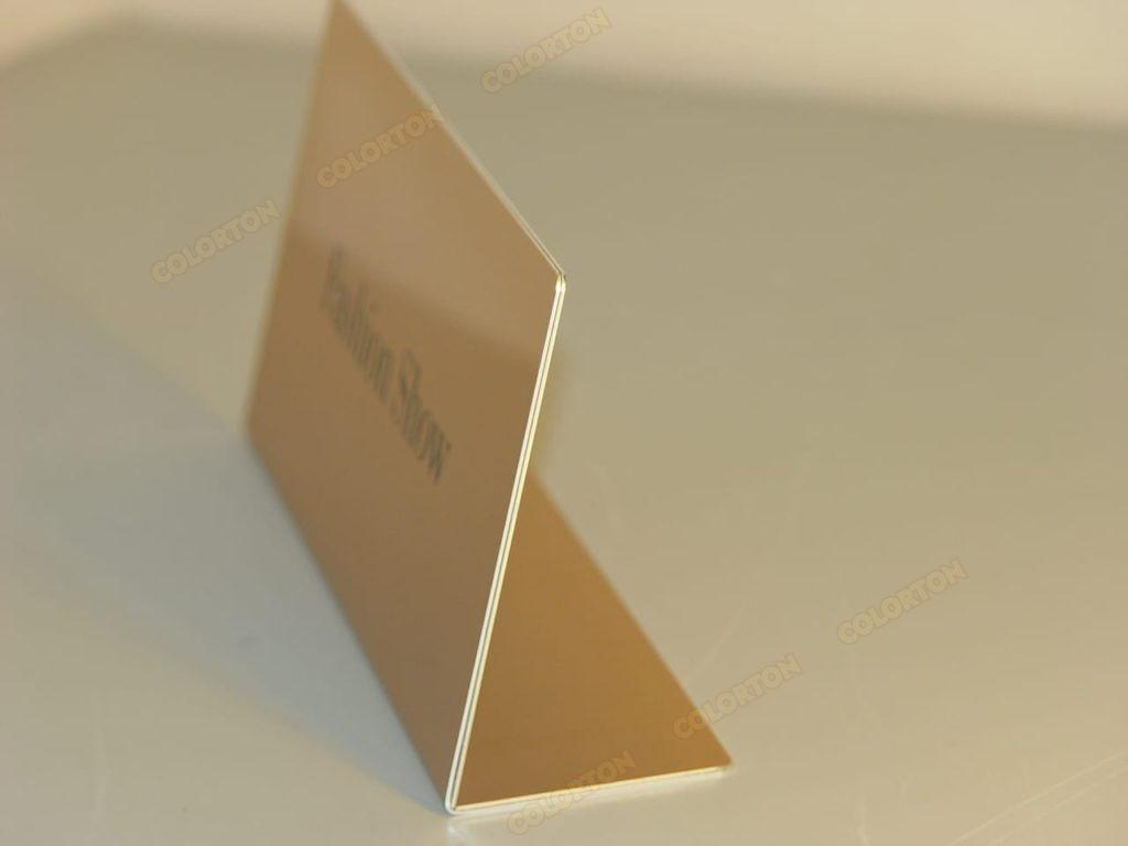 Настольная золотистая табличка из металла вид сбоку