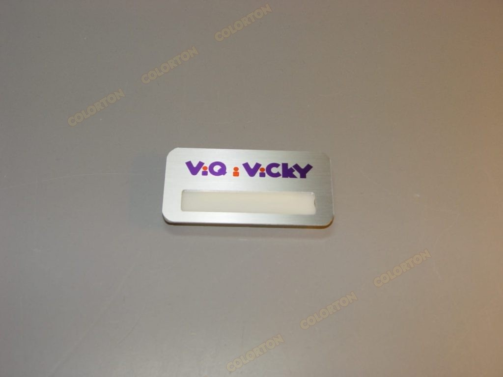 Изображение металлического бейджика с окошком Viqivicky